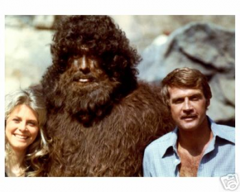 Lindsay Wagner and Lee Majors on the set with their Bigfoot co-star