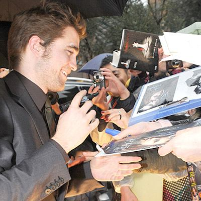 Robert Pattinson greets Twilight fans